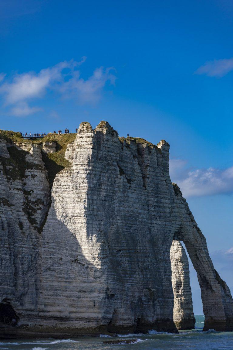 Des promeneurs visitent le sommet de la falaise d'Aval