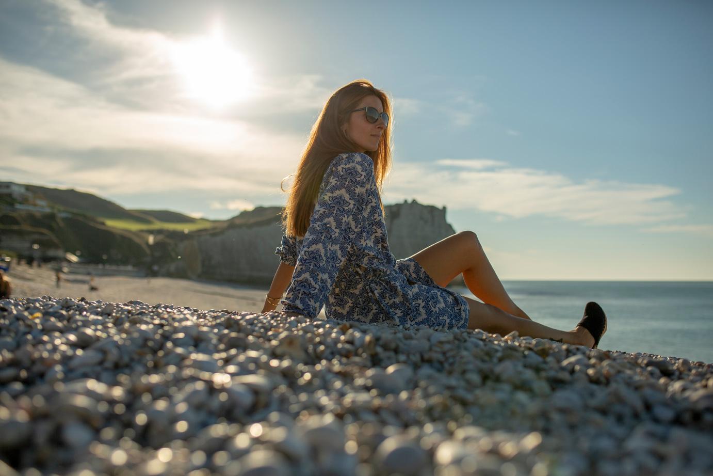 Une femme se détend sur la plage d'Etretat