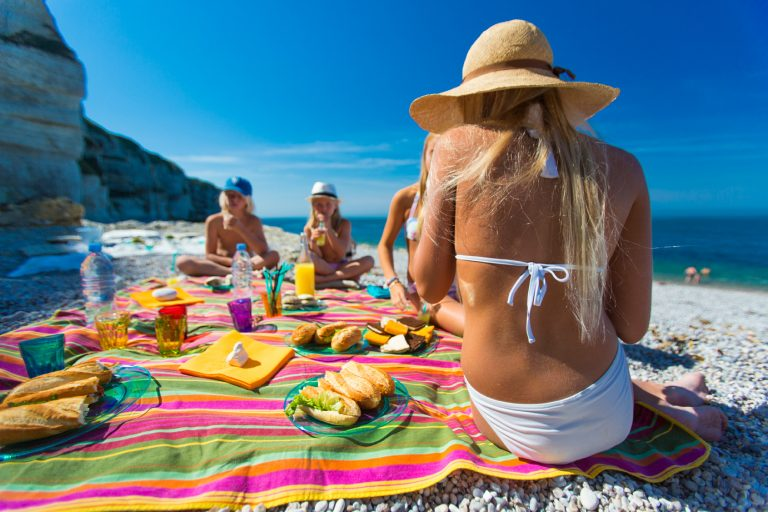 Pique-nique en famille sur une plage de la Côte d'Albâtre