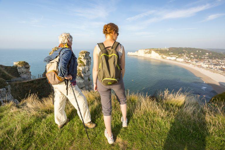 Randonneurs sur les falaises d'Etretat