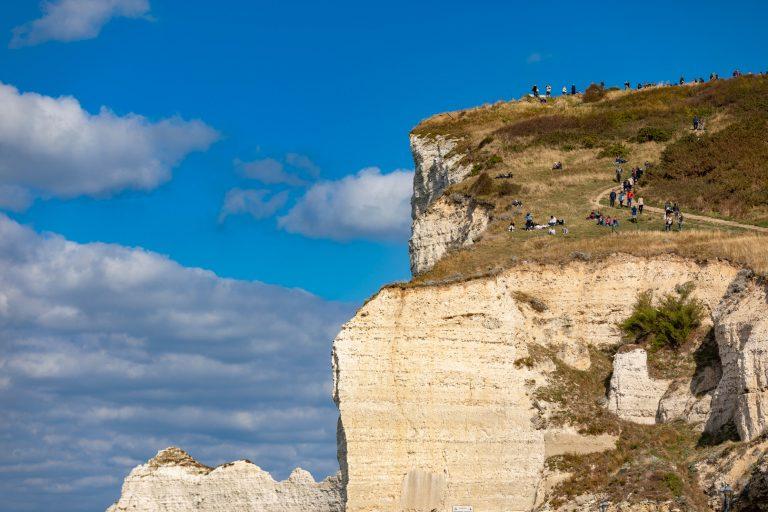 Randonneurs sur la falaise d'Amont à Etretat