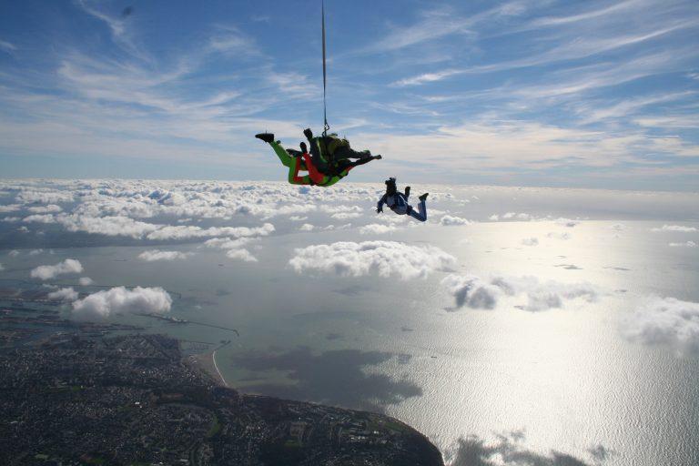 Saut en parachute au dessus des nuages
