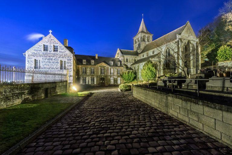 L'abbaye de Graville au Havre vue de nuit