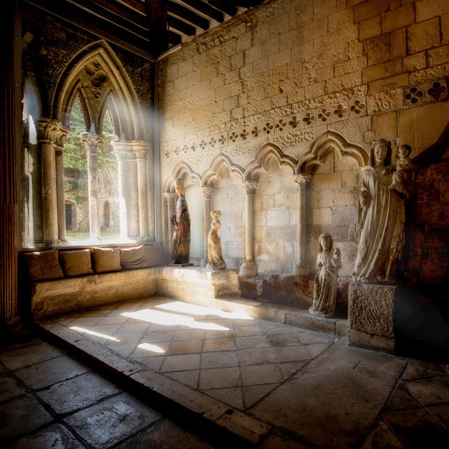 Statues au coeur de l'abbaye de Graville