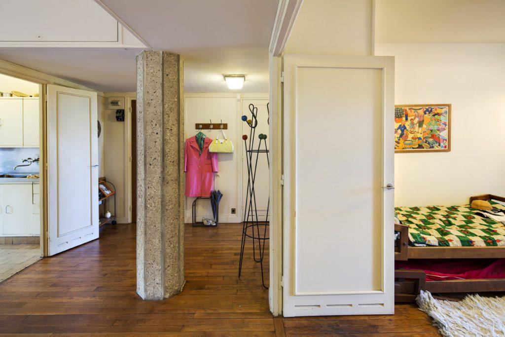 Pilier en béton dans l'appartement témoin