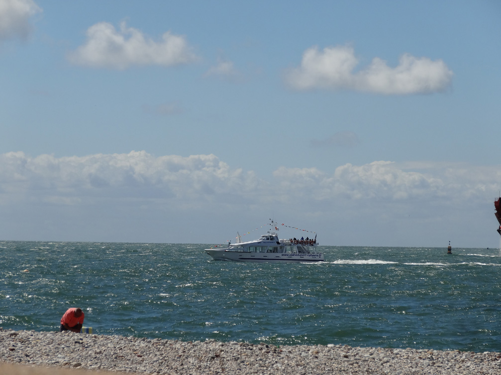 Le bateau Ville du Havre 2 devant la plage