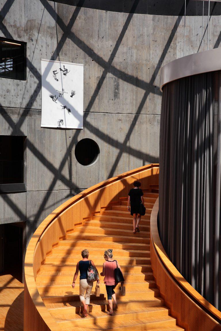 L'escalier monumental de la bibliothèque Niemeyer