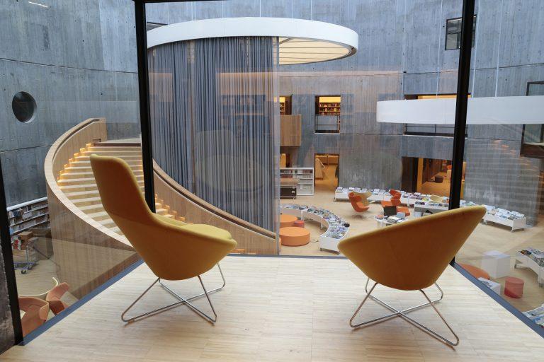 Se poser dans un comfortable fauteuil surplombant la base du cratère de la bibliothèque Niemeyer