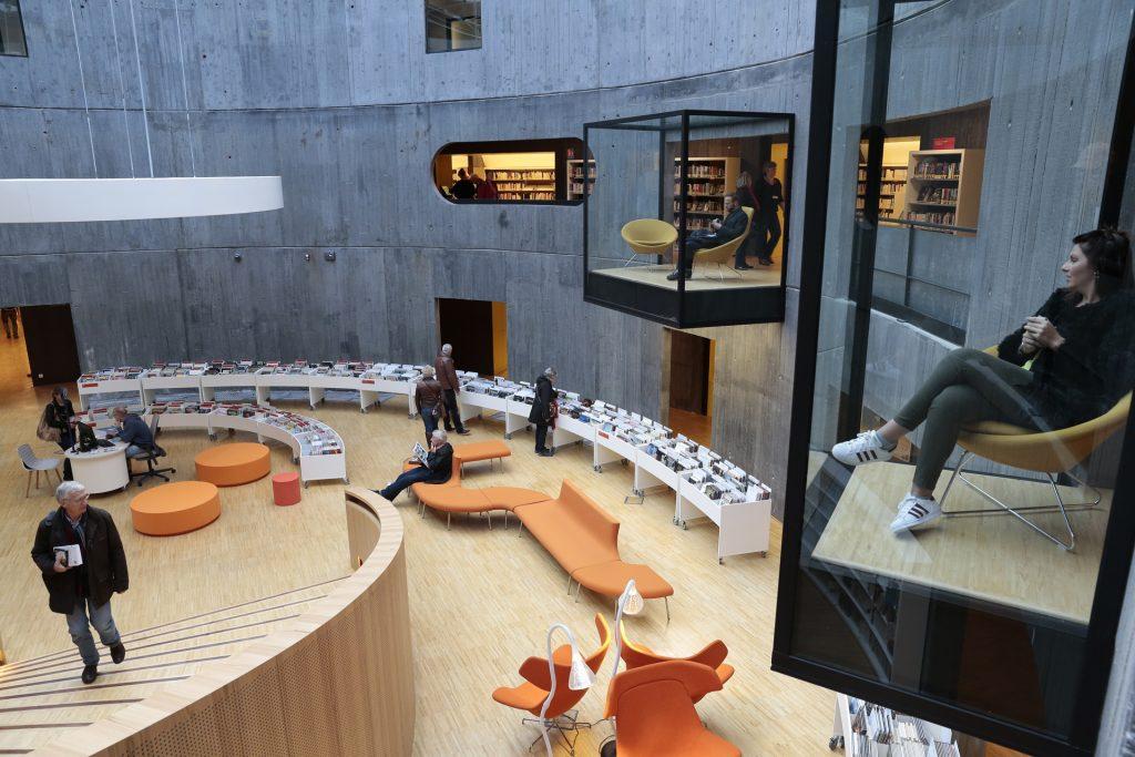 Se poser dans des aquariums de verre pour lire un livre et surplomber la bibliothèque Niemeyer