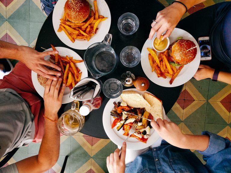 Famille au restaurant dégustant des burgers frites au Havre