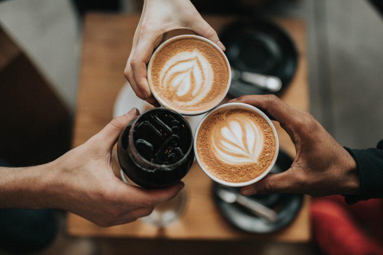 Personnes dégustant des café crèmes