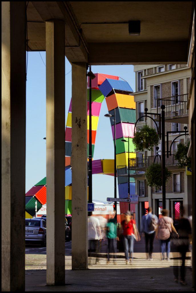 La Catène de containers, deux arches de containers colorées sur le quai Southampton