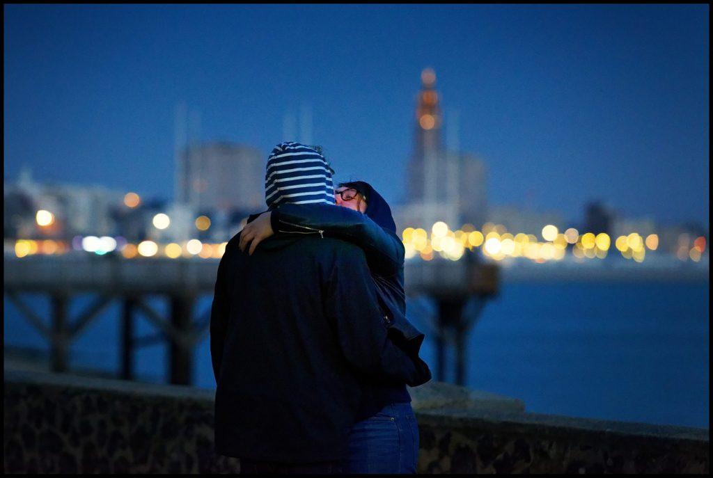Couple s'embrassant face à l'estacade de Sainte-Adresse