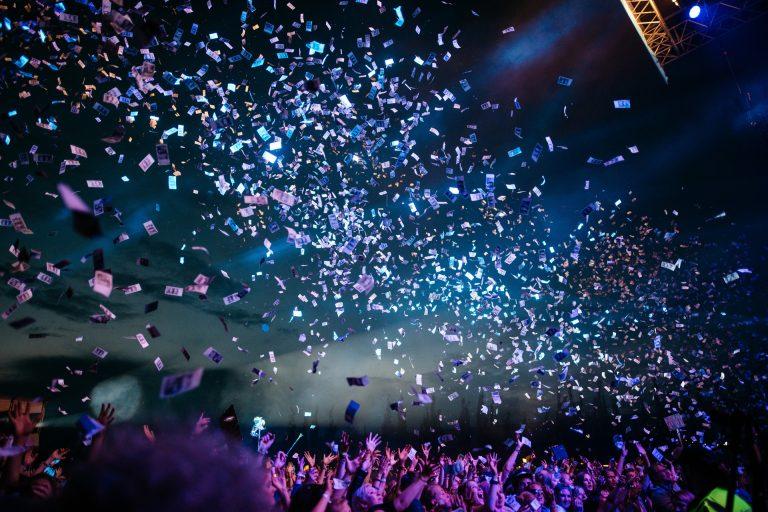 Envol de confettis lors d'un concert
