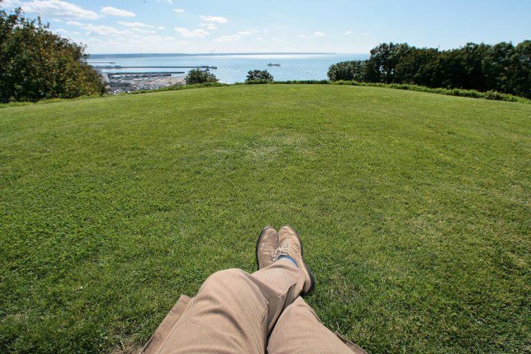 Les Jardins Suspendus, assis sur un banc face à la mer
