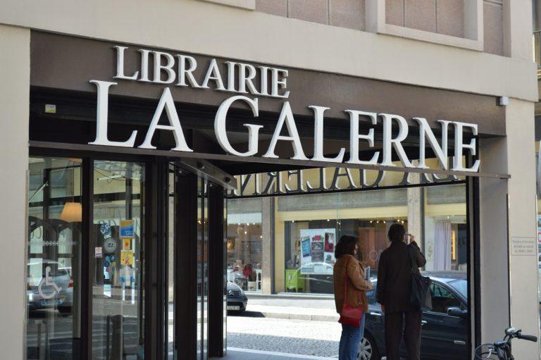 La Librairie La Galerne se situe face au bassin du Commerce et à une rue de la place de l'Hôtel de Ville