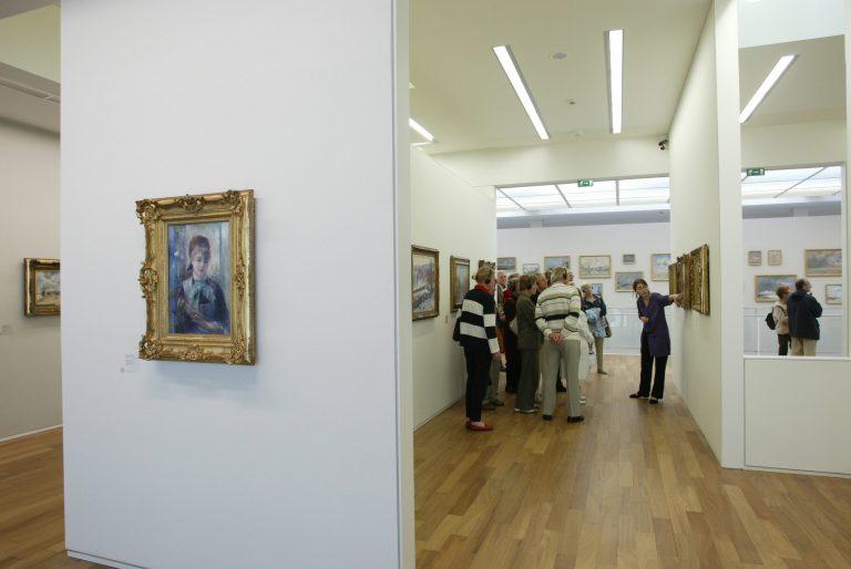 Visite guidée d'un groupe dans le musée Malraux