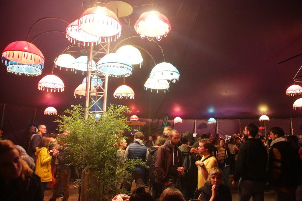 Intérieur du chapiteau au Ouest Park Festival