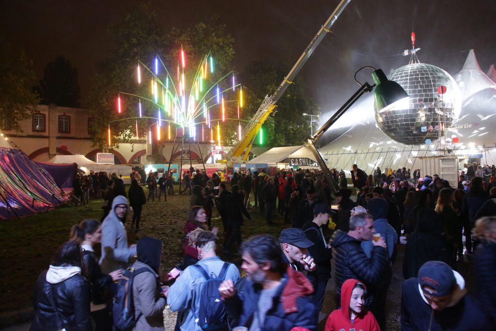 Pelouse du Ouest Park Festival, groupements de personnes à côté de la boule à facettes