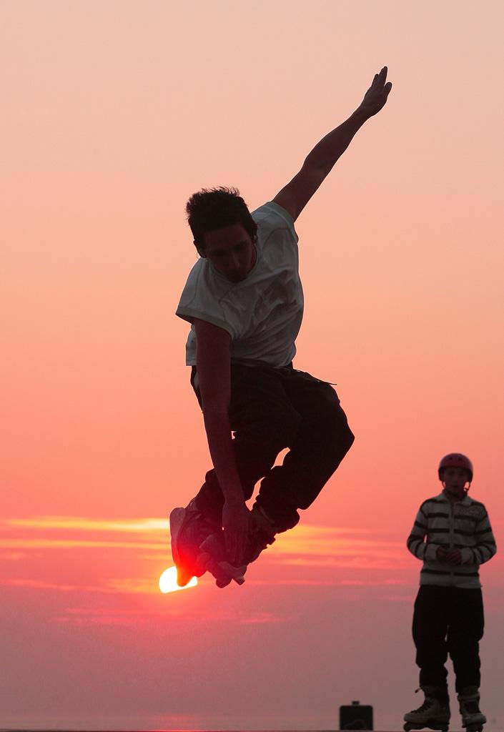 Figure en rollers à la plage du Havre au coucher de soleil
