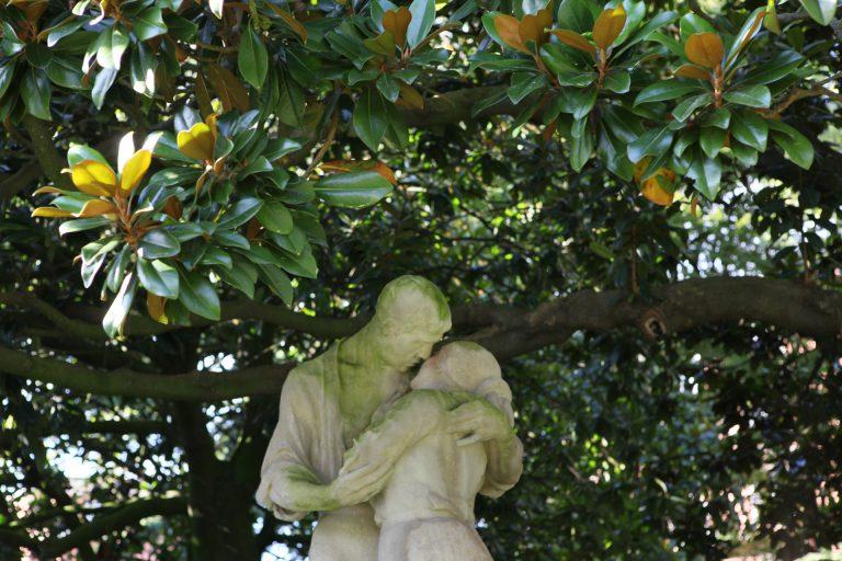 Statue d'amoureux à l'ombre d'un arbre au Square Saint-Roch