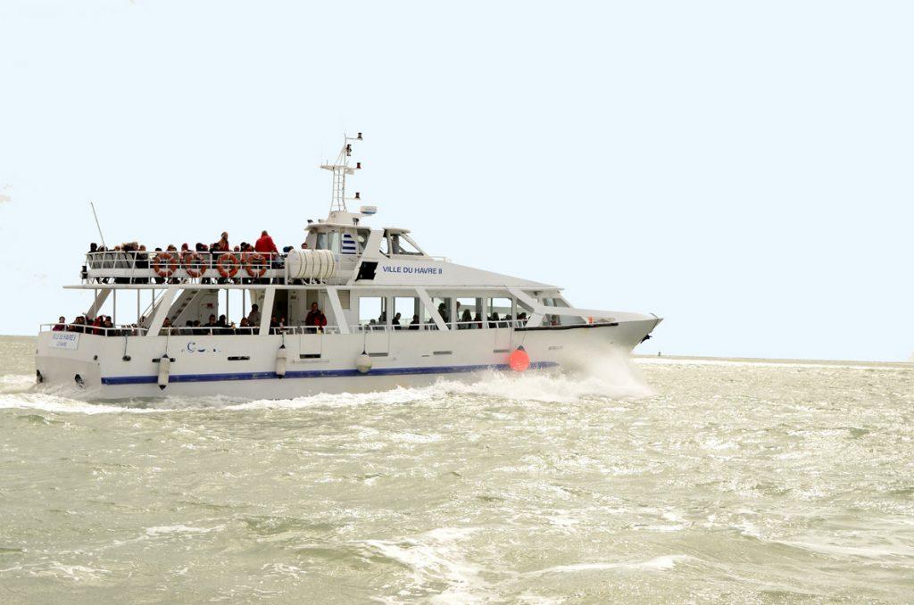 Le bateau Ville du Havre 2 emmène ses passagers visiter le port du Havre