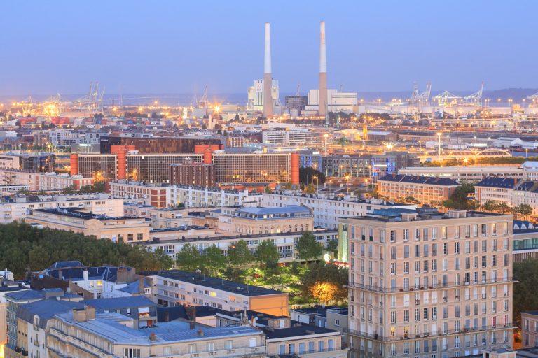 Vue sur les immeubles Perret, la centrale thermique EDF et le port depuis la tour de l'Hôtel de Ville du Havre