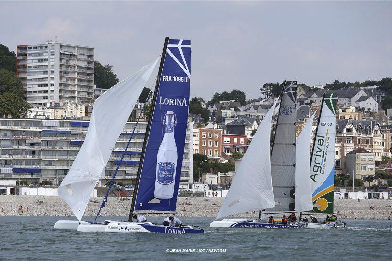 Les voiliers naviguent tout proche de la plage du Havre