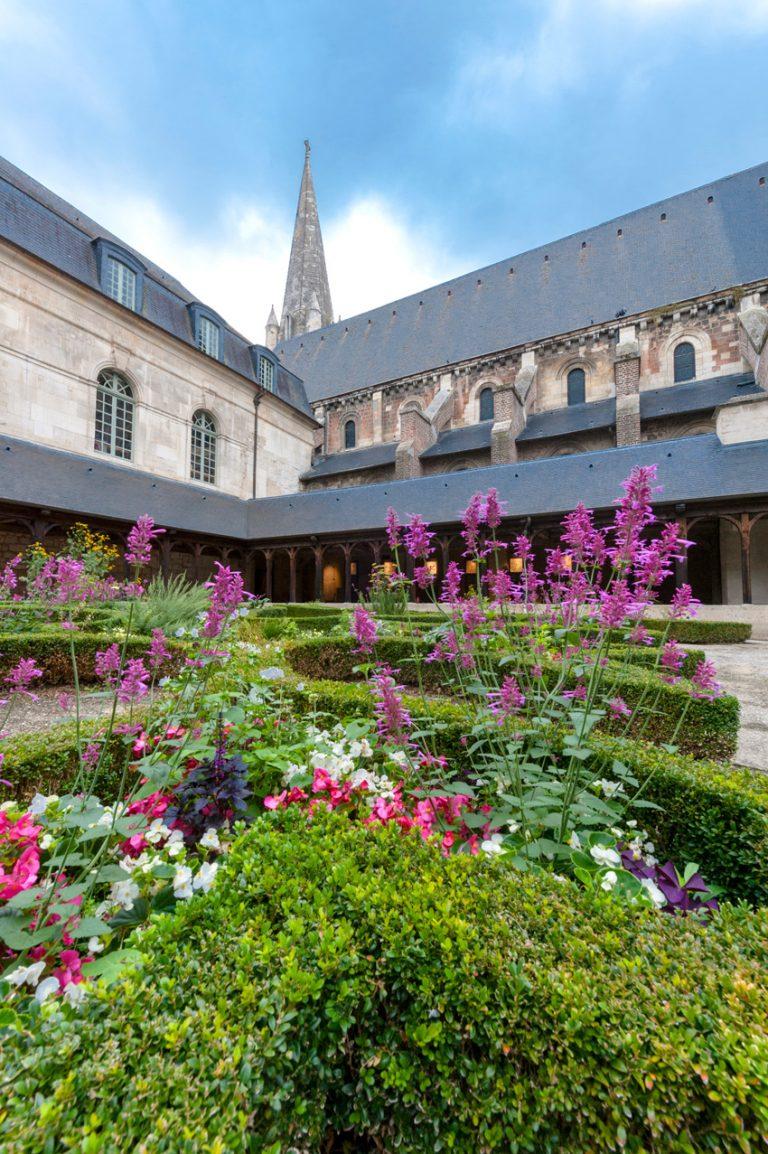 Des fleurs dans le jardin du cloître de l'abbaye de Montivilliers