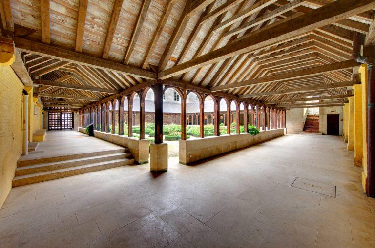 Vue d'un angle du cloître de l'abbaye de Montivilliers
