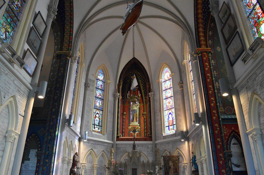 Les vitraux et les ornements de l'intérieur de la chapelle Notre-Dame des Flots à Sainte-Adresse