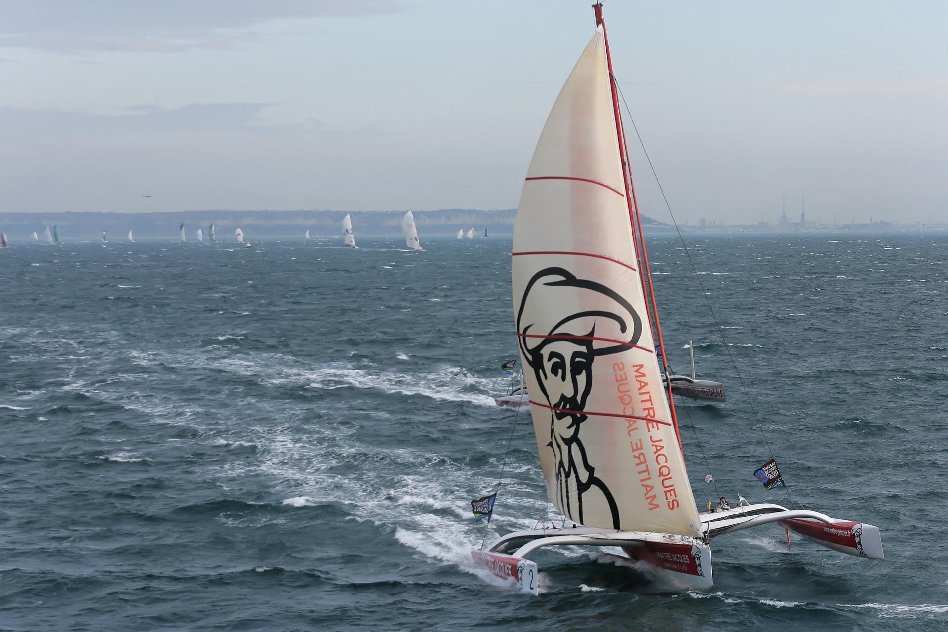 Un voilier s'éloigne de la côte
