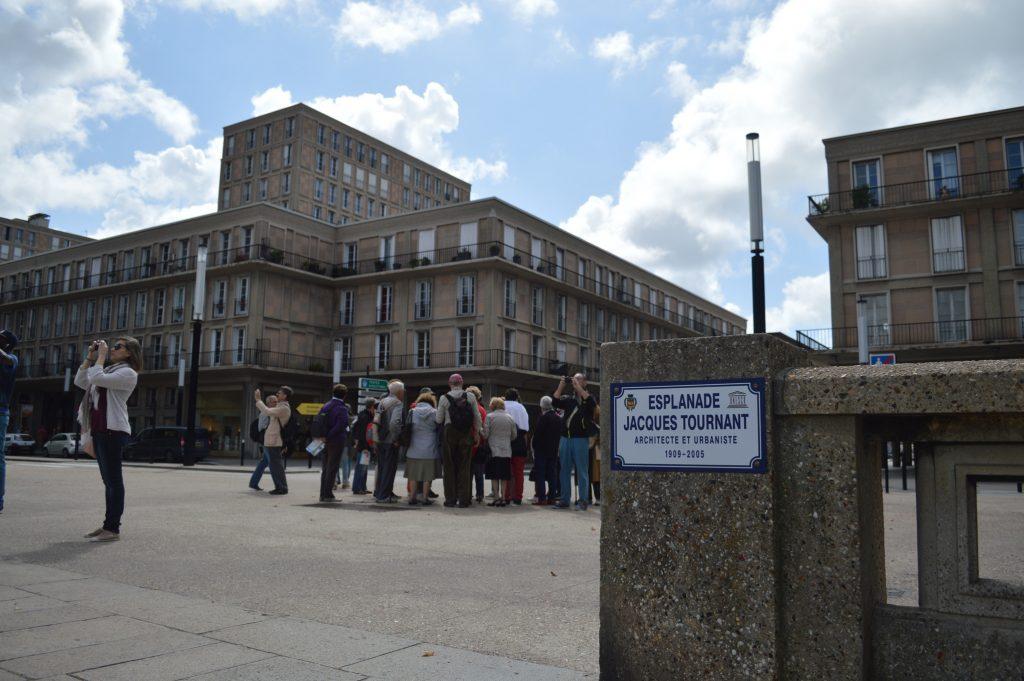 Groupe en visite place de l'Hôtel de Ville au Havre