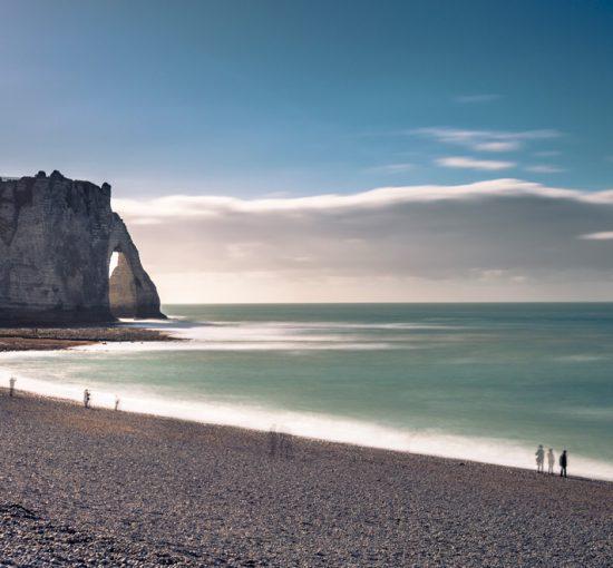 Vue sur la plage et la Porte d'Aval d'Etretat