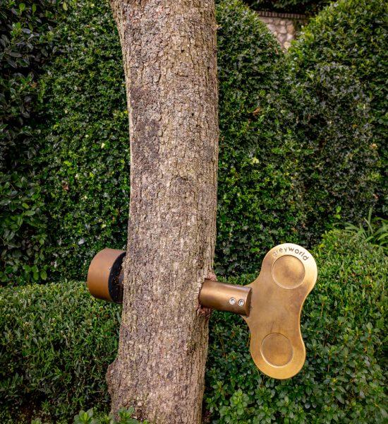 Une oeuvre d'art interactive. Il suffit de tourner la clé dans l'arbre pour déclencher une mélodie.