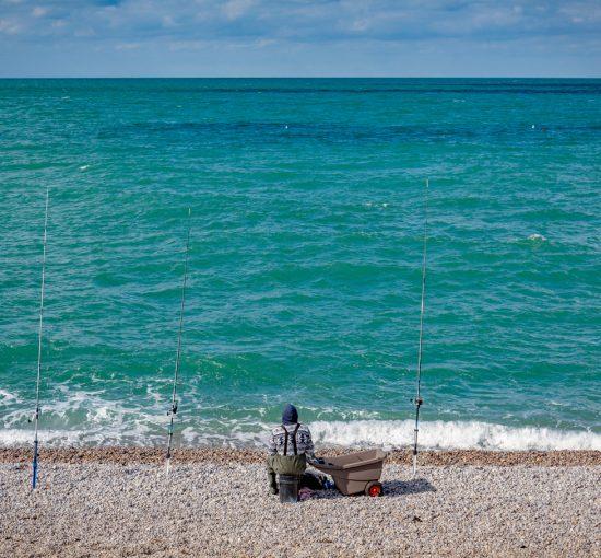 Un pêcheur sur la plage d'Etretat