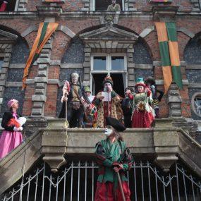 Groupe de personnes en costumes médiévaux pour la Fête de la Scie