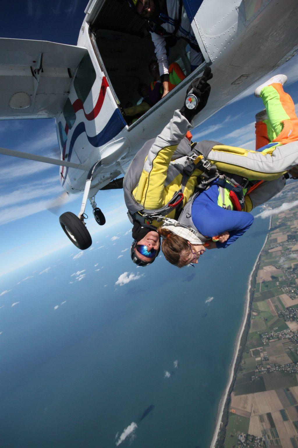Saut en parachute à la sortie de l'avion