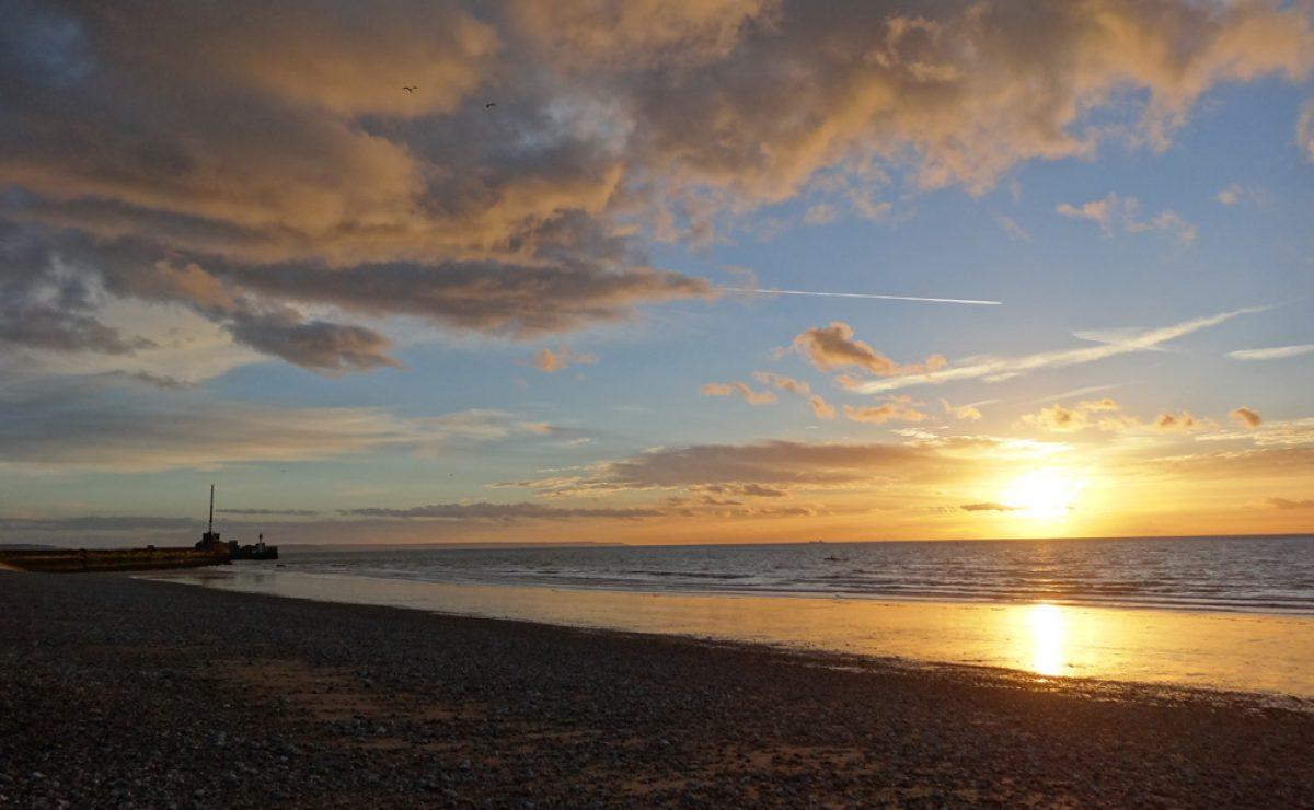 La plage du Havre et la digue nord au soleil couchant