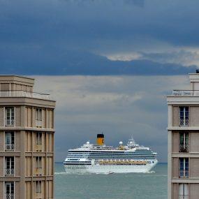 Le paquebot Costa Magica vu entre les tours de la Porte Océane du Havre
