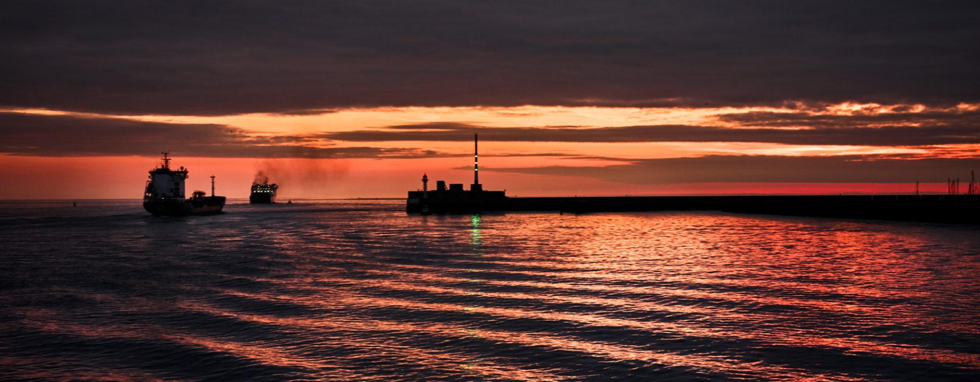 Coucher de soleil sur la mer, à l'entrée du port du Havre