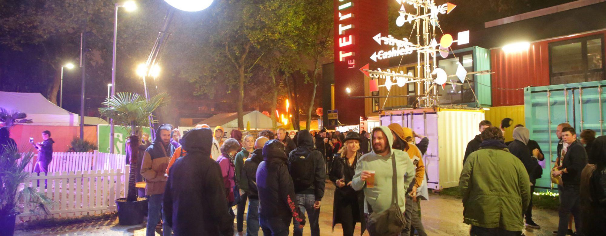 Entrée du Ouest Park Festival, des personnes sont regroupées devant le Tetris