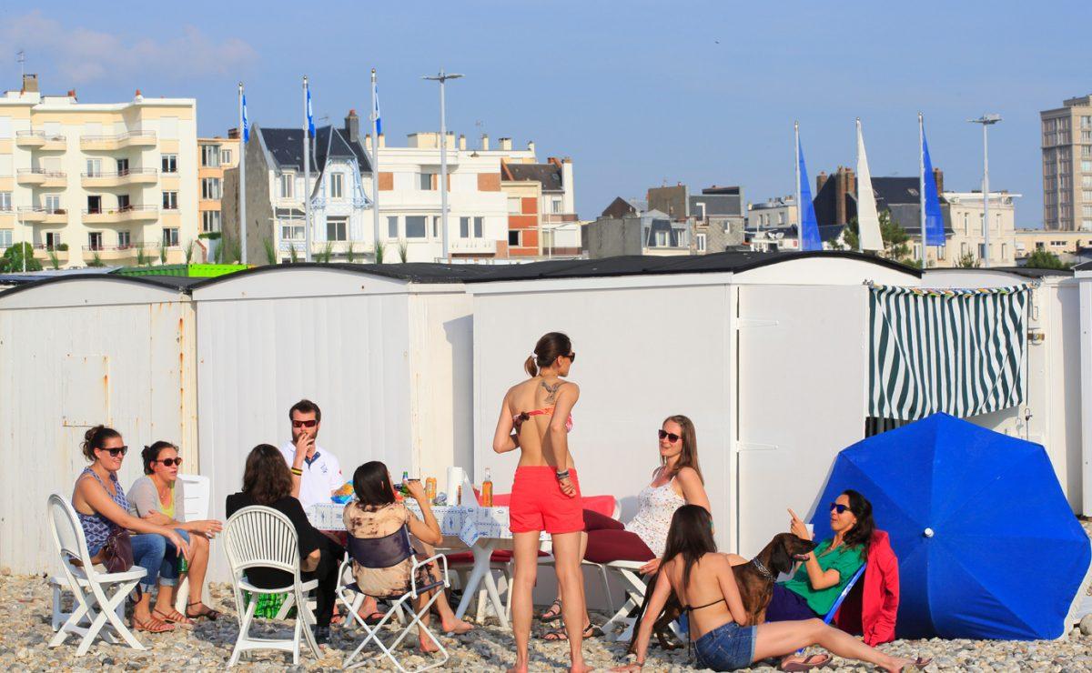 Soirée entre amis à côté des cabanes de plage du Havre