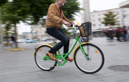 Cycliste sur un vélo LIA au Havre