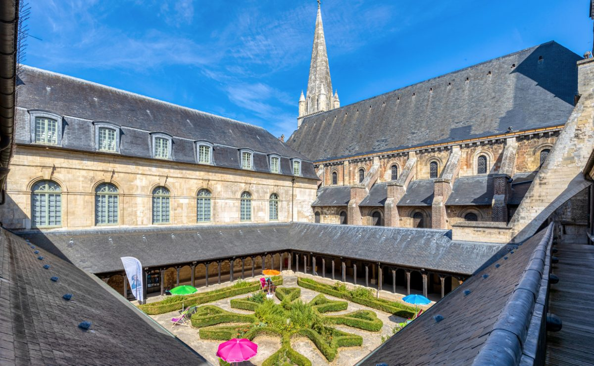 Vue en hauteur sur le cloître et le jardin du cloître de l'abbaye de Montivilliers